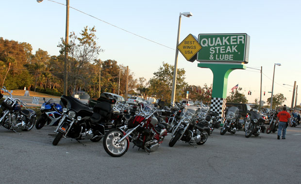 Reunion de Motard a Quaker Steak & Lube